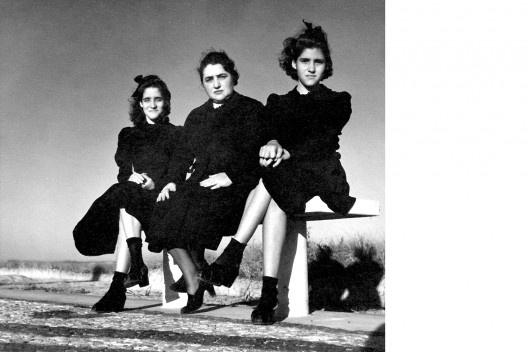 Eglantine Tavares Whatley Dias e suas filhas Jandyra (à esquerda) e Dinorah (mãe e irmãs de Benicio Whatley Dias), Praia do Leme, Rio de Janeiro 1940<br />Foto Benicio Whatley Dias  [Acervo Família Whatley Dias]