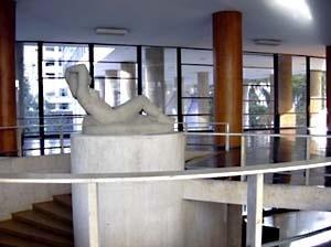 Mulher reclinada, Celso Antonio. Topo da escada do salão de exposições