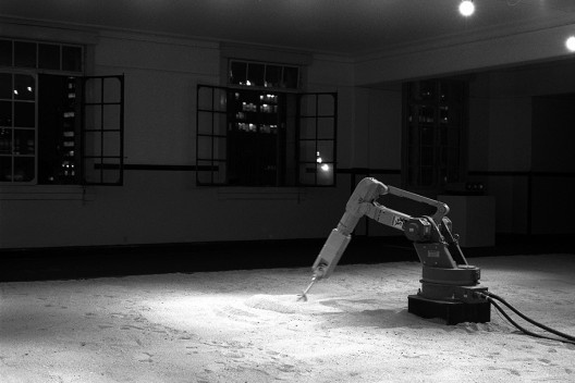 """""""Robô Motoman DFV desenhando na areia"""", parte de Cidade e seu duplo, instalação de Abilio Guerra e Marco do Valle, Arte/cidade 2 – a cidade e seus fluxos, São Paulo, 1994<br />Foto Nelson Kon"""