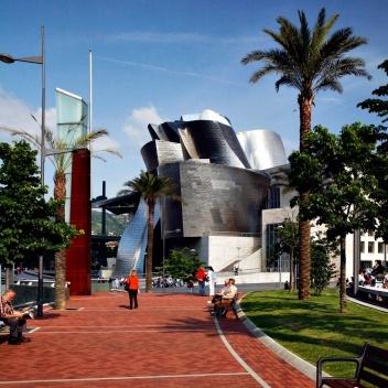 Figura 8 – O Museu Guggenheim, tornado ícone internacional de Bilbao, Espanha; fundamental na revitalização da área portuária e central. Arquiteto: Frank Gehry<br />Foto Nelson Kon