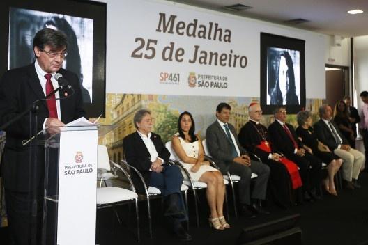 Carlos Martins lê texto em homenagem aos arquitetos que receberam a Medalha 25 de Janeiro<br />Foto César Ogata / SECOM
