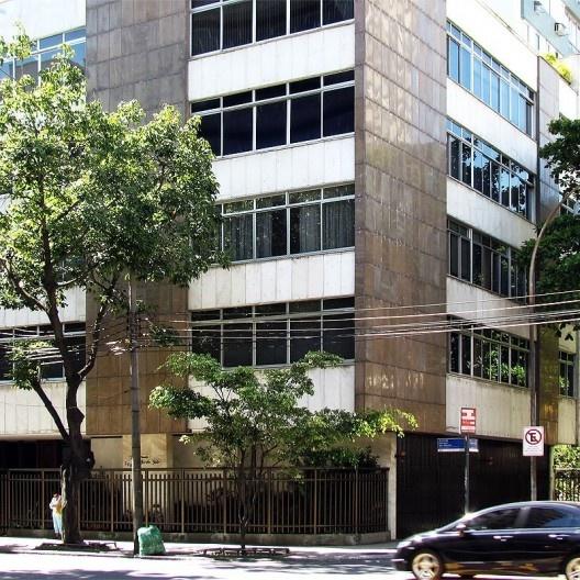 Balanço do prédio de esquina sobre os afastamentos mínimos frontais, a partir de 1975 substituído por varandas abertas e em balanço, Rio de Janeiro<br />Foto Andréa Redondo