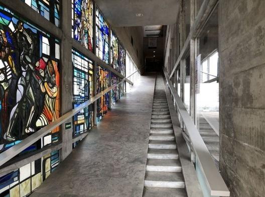 Igreja São Bonifácio, 1964-66, arquiteto Hans Broos. Vista da escada e rampa de acesso<br />Foto Marcos José Carrilho