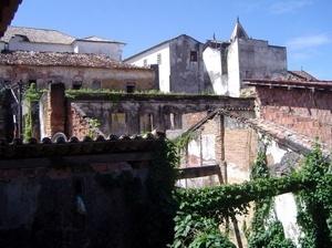 Imóveis ainda hoje em ruínas, localizados no Centro Histórico<br />Foto: Paula Marques Braga, Jun / 2008