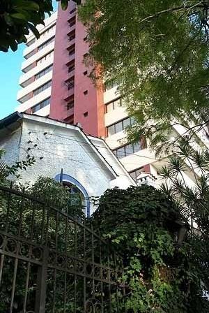 Densificação radical, inaceitável para Porto Alegre. 3 casas são substituídas por 16, 32, 48 ou mais apartamentos. Há uma ruptura de padrões. Surge de imediato uma nova configuração para a rua. A infraestrutura do bairro deve ser refeita. Sérios problemas