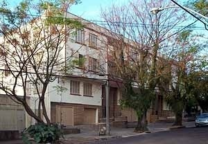 Prédio antigo, com grande aumento de densidade, mas adaptado a configuração do bairro. Possui 18 apartamentos, mais do que o edifício da foto anterior. Não há reclamação da vizinhança