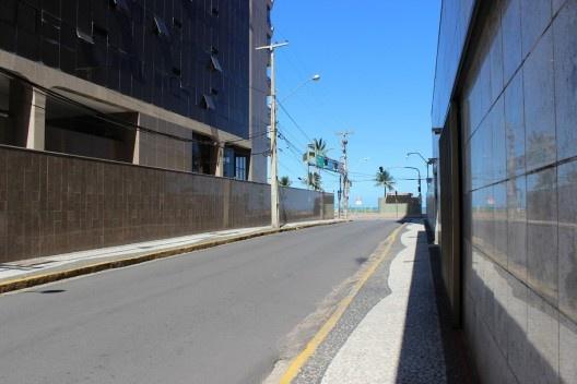 A ostentação da miséria. Muros em granito em Boa Viagem<br />Foto Roberto Ghione