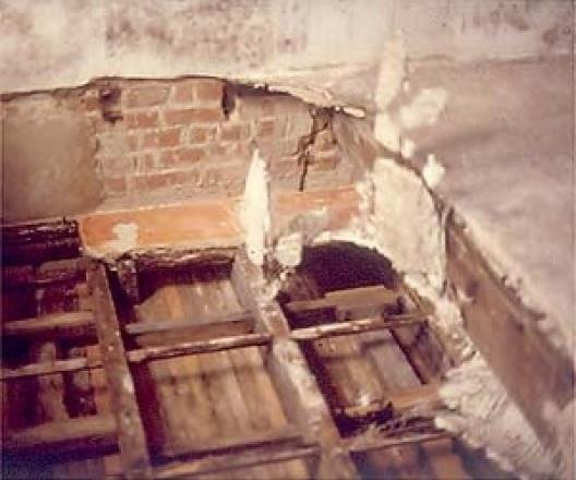 Estrutura de suporte do forro original de estuque parcialmente encoberta pelo atual forro rebaixado