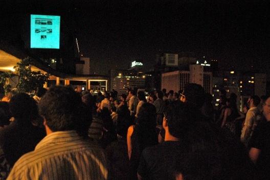 Convidados olhando a projeção na caixa d'água do edifício Anchieta<br />Foto Flavio Coddou
