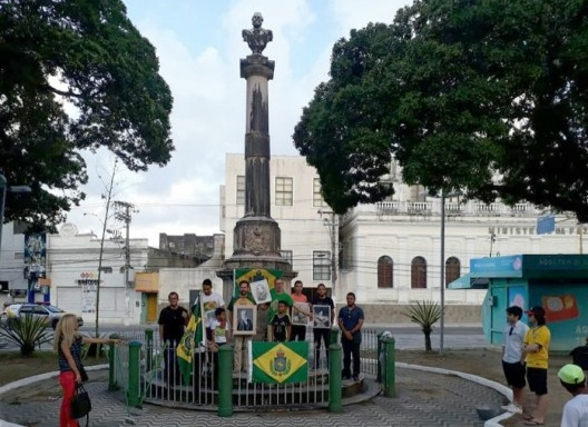 Monarquistas alagoanos no monumento a D. Pedro II, em 15 de novembro de 2017<br />Foto Alexandre Márcio Toledo