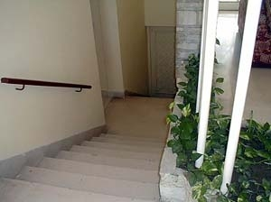 Detalhe de um interior donde se observa a adaptação à topografia, através de uma escada que permite o acesso às habitações em planta baixa