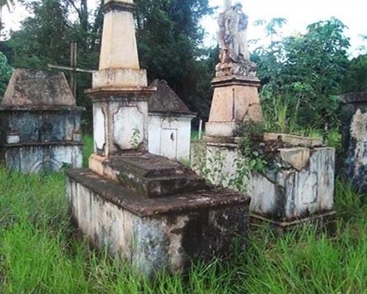 Cemitério e túmulos ornamentados na Fazenda Passatempo, município de Rio Brilhante, Mato Grosso do Sul<br />Foto Ademir Kleber Morbeck de Oliveira