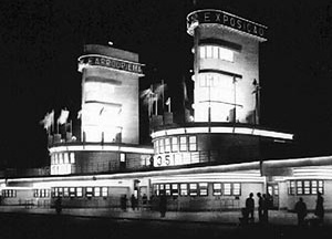"""Foto noturna do Pórtico Monumental da Exposição do Centenário Farroupilha.  [""""Arquitetura Comemorativa da Exposição do Centenário Farroupilha"""", Projeto UniARQ, Pro-Rei]"""