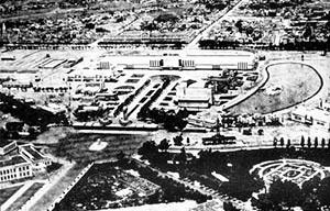 """Vista aérea geral da Exposição do Centenário Farroupilha.  [""""Arquitetura Comemorativa da Exposição do Centenário Farroupilha"""", Projeto UniARQ, Pro-Rei]"""
