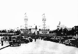 """Vista do Pórtico Monumental na festa de inauguração da Exposição do Centenário Farroupilha.  [""""Arquitetura Comemorativa da Exposição do Centenário Farroupilha"""", Projeto UniARQ, Pro-Rei]"""