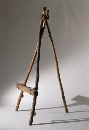 Cadeira feita com três galhos e um pedaço de tronco, amarrados com cipó, Lina Bo Bardi<br />Foto Nelson Kon