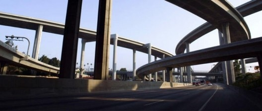 Viadutos em Los Angeles, foto usada na capa da edição de bolso do livro <i>Los Angeles, The Architecture of Four Ecologies</i>, University of California Press<br />Foto divulgação / Photo divulgation  [Website University of South Alabama]