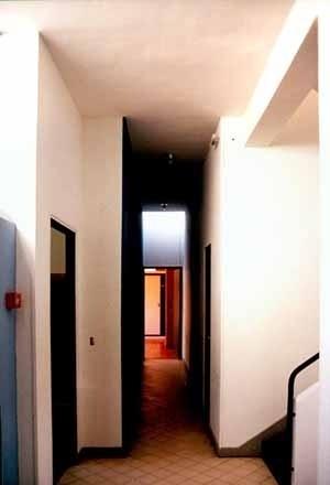 Vista da circulação estreita de acesso aos quartos, cuja profundidade é compensada pela zenital ao fundo<br />Foto Carlos Alberto Maciel