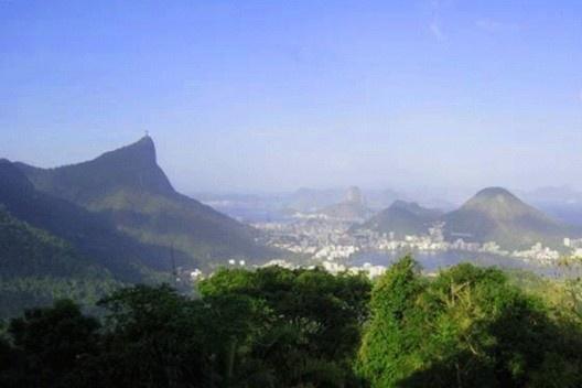 Vista do Parque Nacional da Tijuca, Cristo Redentor (esquerda) e Pão de Açúcar (ao centro): colinas reflorestadas e a cidade<br />Foto Cecilia Herzog