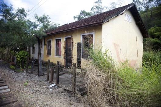 Patrimônio ferroviário, casa edificada em 1950 pela Estrada de Ferro Central do Brasil, depois Rede Ferroviária Federal S.A, atualmente extinta. Em estado precário de conservação<br />Foto Fábio Lima