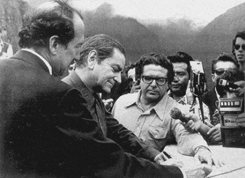 Bruno Zevi assina a Carta de Machu Picchu, em 1977 [Fondazione Bruno Zevi]