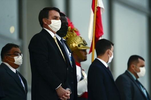 O presidente Jair Bolsonaro observa, da rampa do Palácio do Planalto, manifestação de apoiadores do governo fascista<br />Foto Marcelo Casal Jr  [Agência Brasil]