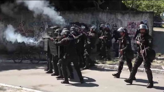 """Repressão policial ao Movimento Ocupe Estelita<br />Foto divulgação  [vídeo """"Recife, cidade roubada""""]"""