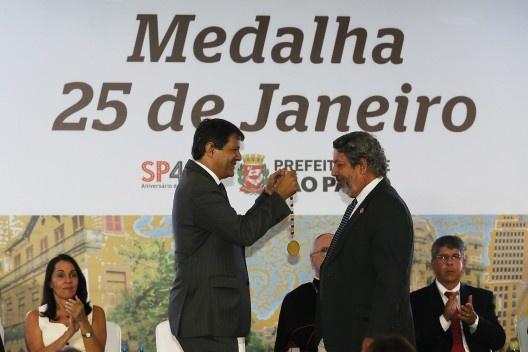 Representando o Instituto Bardi, Renato Anelli recebe de Fernando Haddad  a medalha outorgada a Lina Bo Bardi<br />Foto César Ogata / SECOM