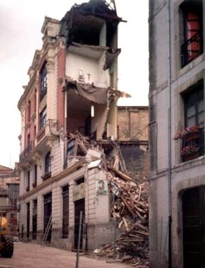Demolição clandestina, no centro histórico de Oviedo<br />Foto da autora, 1999