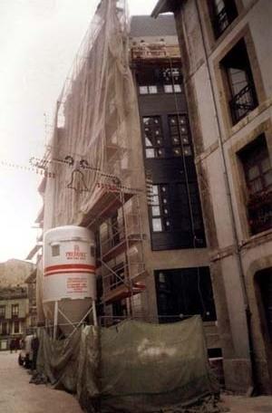 Fotografia da reconstrução, posterior a demolição clandestina, Oviedo<br />Foto da autora, 2000