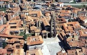 Vista da Praça da Catedral a pós a revitalização, Oviedo [Informe publicitário, Ayuntamiento de Oviedo, 1999]
