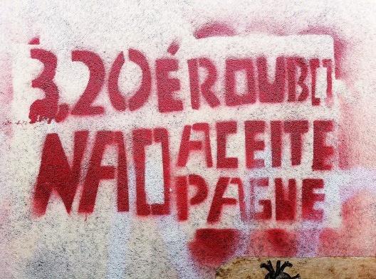 """Movimento Passe Livre, pichação em muro no centro da cidade<br />Foto Abilio Guerra  [série """"A cidade fala""""]"""