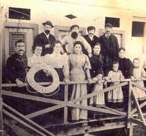 Imagen 10. Familia Mina en su balneario de La Perla, a principios del siglo XX [Arquivo fotográfico da família Fava]