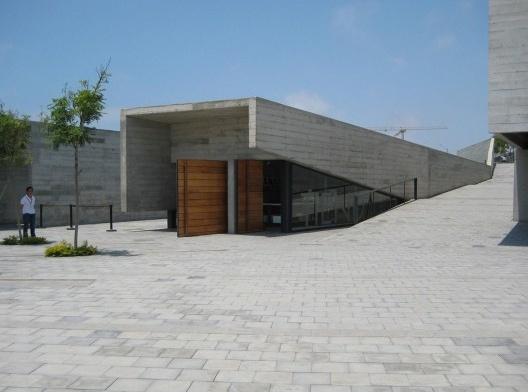 Dos Museus-Casa aos Museus Contemporâneos, arquitetura em uso sob a ótica da Crit e da APO: Museu Contemporâneo, semi-enterrado, junto às ruínas pré-incas de Pachacámac em Lima, Peru<br />Foto Sheila Walbe Ornstein
