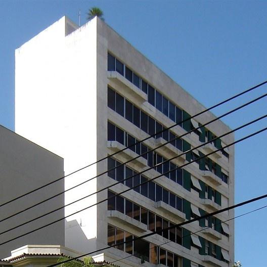 Edifício com avanço do plano da fachada (balanço do prédio), anterior à lei de estímulo à construção de varandas, Rio de Janeiro, início da década de 1970<br />Foto Andréa Redondo
