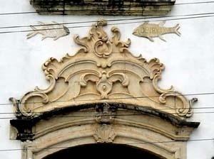 Detalhe da cantaria da porta principal da igreja de Nossa Senhora do Rosário dos Pretos, Goiana, 1836<br />Foto do autor, 2004
