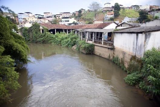 Margens do rio Paraibuna edificadas, bem como encostas ocupadas no centro urbano de Matias Barbosa<br />Foto Fábio Lima