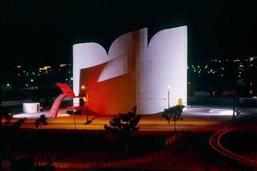 Teatro, Araras. Arquiteto Oscar Niemeyer<br />Foto Nelson Kon