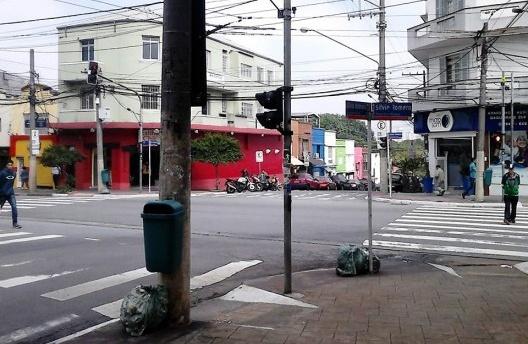 Esquina da praça Silvio Romero, ainda lembra uma cidade do interior, Tatuapé, São Paulo, 2017<br />Foto Mauro Ferreira