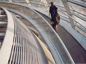 """Berlin 1999, as pessoas caminham, movimentam e compõem a """"cúpula"""" de um edifício que a 100 anos atrás era concebida e apropriado de uma forma menos palpável sob uma ótica cartesiana e perspectívica. Abertura do novo Reichtag, Berlin 1999<br />Foto Marcelo Maia"""