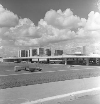 17 de janeiro de 1968. A Plataforma Rodoviária e os edifícios pioneiros do Setor Comercial Sul e do Setor Hoteleiro Sul. Destaca-se que neste momento, vias internas atravessam a Plataforma na cota da Esplanada, num traçado distinto da configuração atual [Arquivo Público do Distrito Federal]