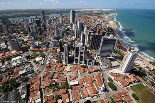 Dividindo a mesma paisagem e contrastes urbano-sociais estão Areia Preta (edifícios) e Mãe Luiza (zona verde)<br />Foto Canindé Soares