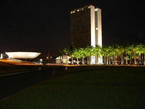 Câmara dos Deputados, edifício dos Anexos I do Congresso e palmeiras imperiais<br />Foto Eduardo Pierrotti Rossetti