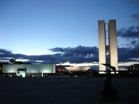 Congresso Nacional. À esquerda vê-se o Museu da Cidade e à direita, silhueta do marco da inscrição de Brasília como Patrimônio Cultural da Humanidade junto à Unesco<br />Foto Eduardo Pierrotti Rossetti