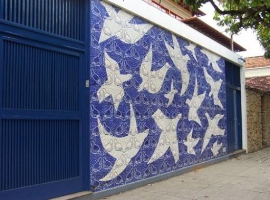 Educandário Dom Silvério, painel artístico na fachada frontal de Anísio Medeiros, execução de OSIRARTE (São Paulo), Cataguases, 1954<br />Foto Marcia Poppe, 2003