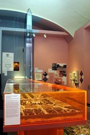 Maquetes na primeira sala<br />Foto Liz Roll  [cortesia do National Building Museum]
