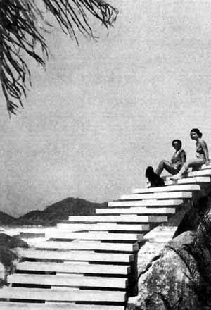 """A escada que ligava o mezanino ao térreo foi retirada graças a uma desastrada intervenção feita """"por motivos de segurança"""" [Arquivo pessoal do arquiteto Oswaldo Corrêa Gonçalves]"""