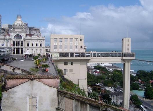 Elevador Lacerda, ligação entre Cidade Alta e Cidade Baixa<br />Foto: Paula Marques Braga, Jul / 2007