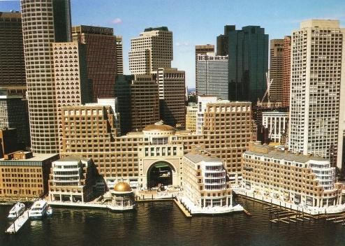 Figura 14 – A grande escala do complexo de uso misto em Rowes Wharf, Boston, não impede o acesso à água, onde estão restaurantes, piers públicos e slips para barcos particulares. Arquitetos: Skidmore,Owins & Merrill [In Process # 97, 1991]