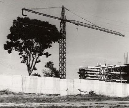 Contraste entre natureza e tecnologia, obra na SQN 208, cerca de 1988<br />Foto Aldo Paviani
